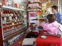 温泉街では昔懐かしの射的やスマートボールのお店があります♪