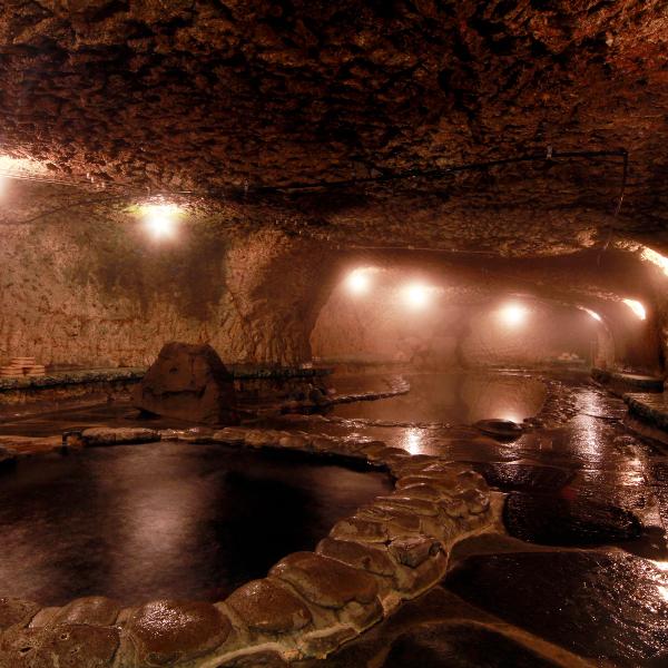 頑固親父が作り上げたこだわりの洞窟風呂名付けて「巌窟風呂」脚本家の倉本聰氏の言葉が由来です。