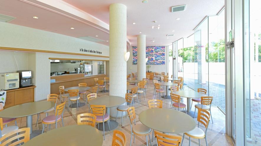 【レストラン】大きな窓からの日差しで開放感溢れるレストラン