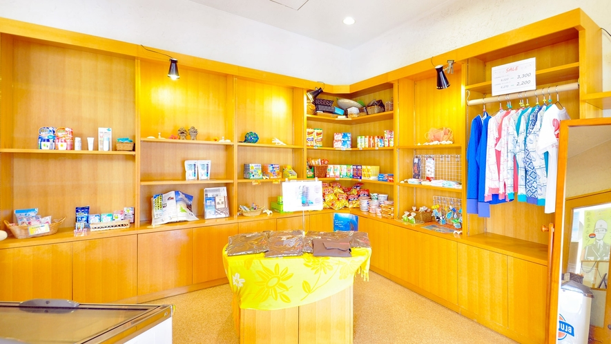 【ロビー】沖縄ならではのお土産物も販売しております