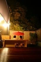 深夜に星空が広がる貸切露天風呂