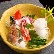 新鮮な川魚をお刺身で。臭みもなく、さっぱりとした味わい。
