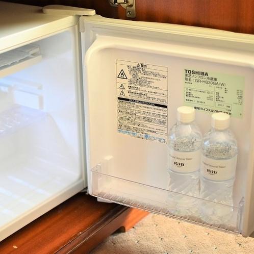 客室内冷蔵庫 ミネラルウォーターは、1泊につき1名様1本無料でお飲みいただけます。