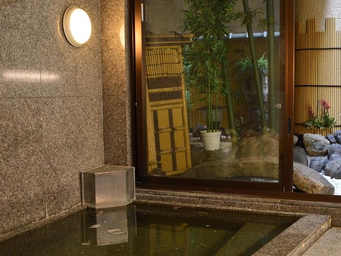 手足を伸ばしてゆったり温まる 男性用ラジウム温泉