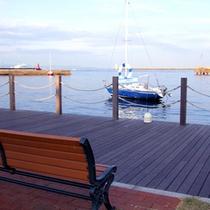 【周辺散策】ホテルKGの裏手は、海沿いの散歩道♪ベンチに座って海を眺めるのもおすすめ。