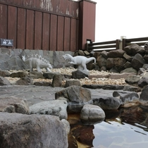 男湯露天風呂限定!恐竜の石像
