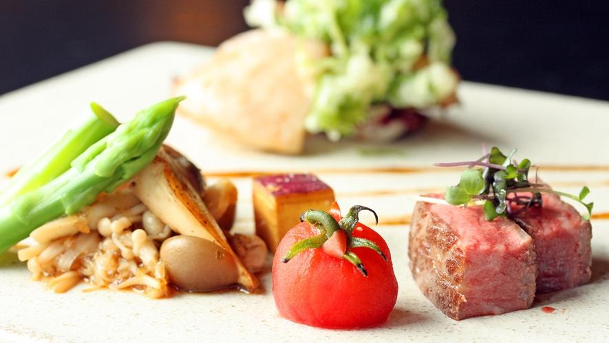 秋田牛の柔らかロースステーキ、鶏肉の山椒香味ソース