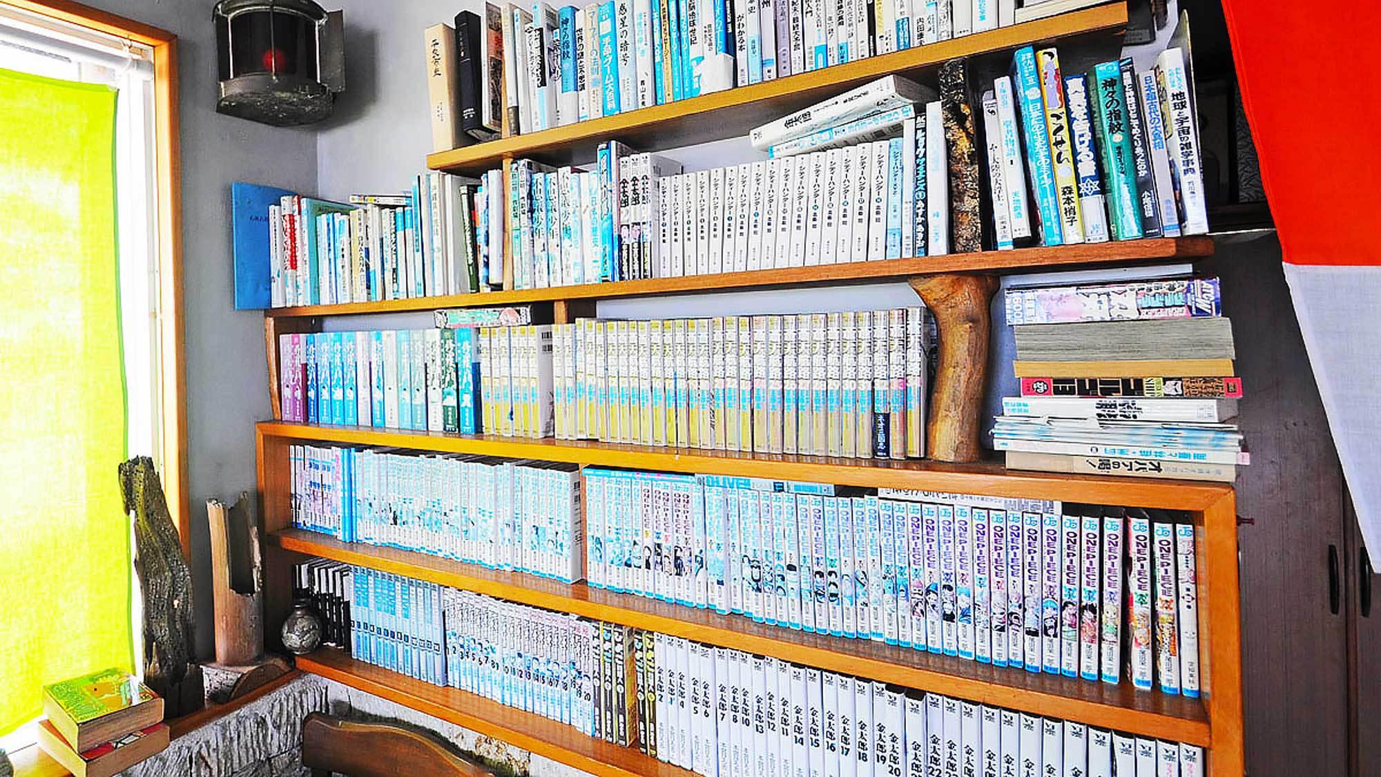 【食事処】マンガなどの本もたくさん!こちらで本を読みながらごゆっくりとお過ごし下さい。