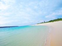 【海の景色】広く続くエメラルドブルーの海。白い砂浜のビーチや夕暮れの海など感動的な絶景がたくさん!