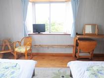 【洋室ツイン】木製のかわいいインテリアたち♪収納式のテーブルなど、使い勝手が良いお部屋です。