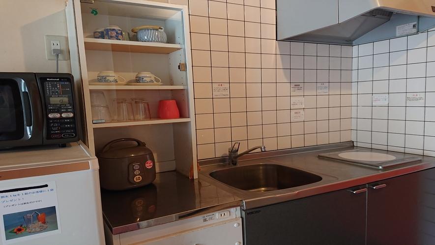 キッチン設備は1口コンロ、冷蔵庫電子レンジ、炊飯器、ポット、鍋2個、フライパン、包丁などが置いてあり