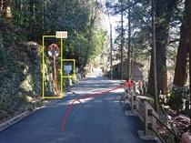 アクセス案内②右手に神社(多くの大木)、左手にミラーと当館の看板。夜は暗いので特に注意!