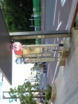 ホテルより徒歩1分の「栗林公園前」バス停で空港まで約30弱