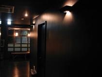 カウンターと廊下