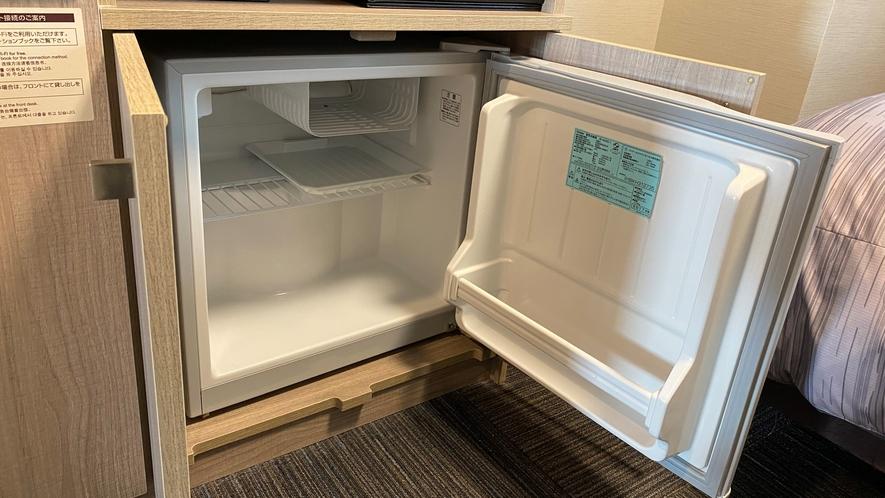 【冷蔵庫】全室に設置しております。電源スイッチを入れてからご利用ください