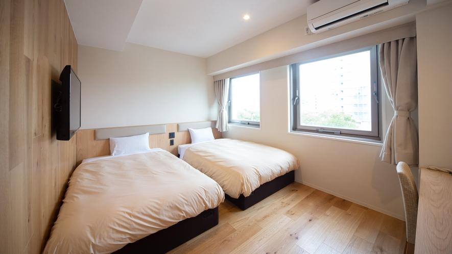 大きな窓が2つある明るい客室【ツインルーム】