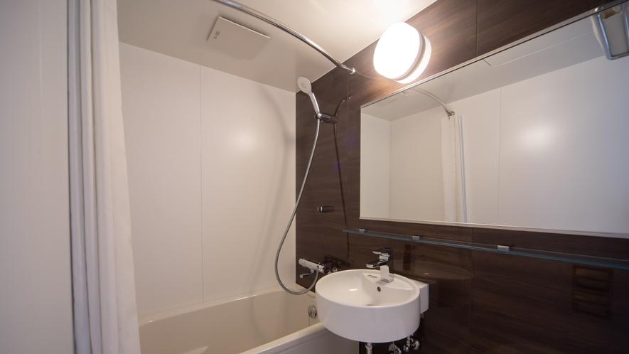 広々とした浴槽と清潔感のあるユニットバス