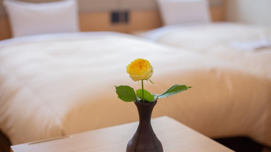 客室飾ってある一輪のバラ