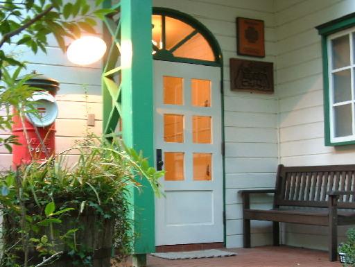 箱根の山は玄関のこの白いドアを開けて、お入り下さい