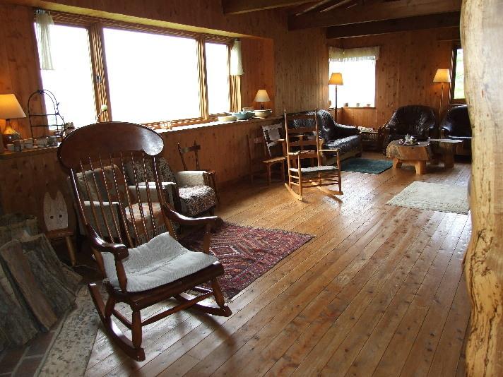 『 薪ストーブルーム』(1)このw薪ストーブルームwは窓いっぱいに自然が広がっています