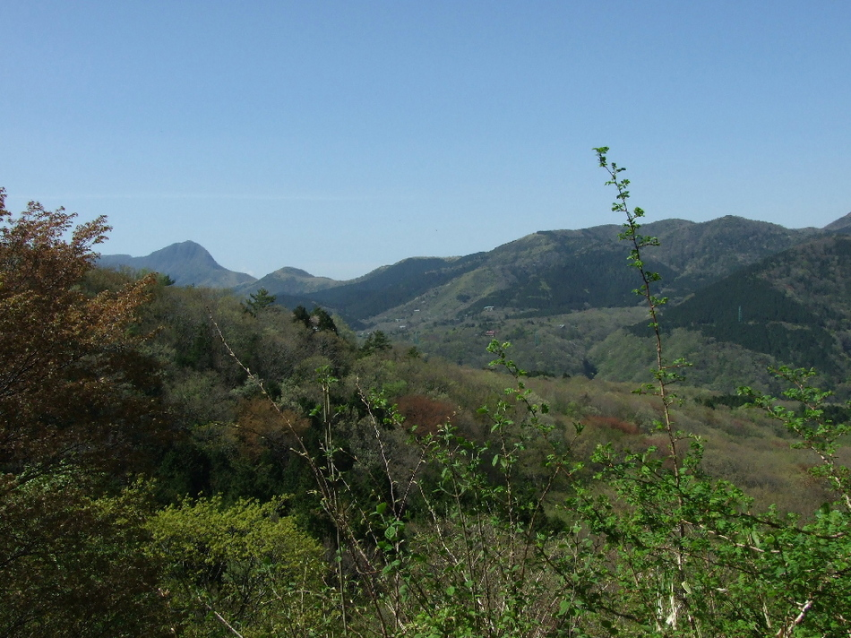 w空飛ぶ石風呂wに並んで浸かって、向こうに見える山並みは箱根外輪山です