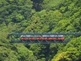 『出山(デヤマ)の鉄橋』を渡る登山電車