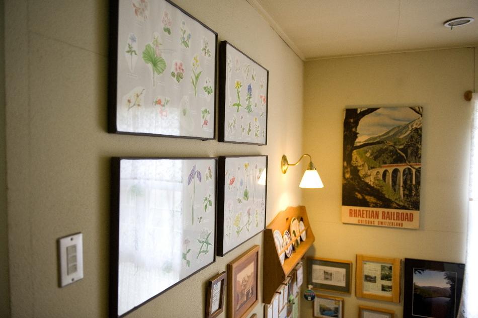 下と上の上り下りの階段の壁には箱根の植物の絵と、大事にしているスイスの鉄道のポスターが掛けてあります