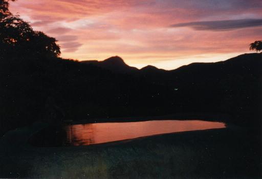 夕闇が訪れるちょっとだけ前、石風呂はこんな夕焼けに染まることがあります