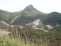 早雲山駅を出発したロープウェイはこの大涌谷の噴煙地を渡ります。