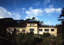 『箱根美術館①』美術館一帯は世界救世教の聖地の一つ「箱根神仙郷」といい、苔庭と陶磁器が有名です