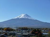 紅葉に彩られた富士山