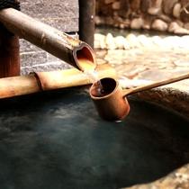 飲泉もOKという新鮮な温泉。とろんとした肌ざわりが心地よい