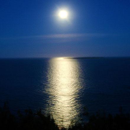優しい月の光に照らされ煌めく夜のムルク浜