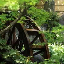 泰泉閣の玄関前の水車