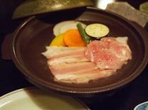 豚肉と鶏肉の陶板焼き