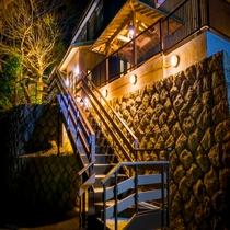 【本館裏口から降りる階段】露天風呂はこの階段を降りて、数十メートル先の小さな森の中にあります♪