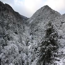 【当館からの景色】当館周りの山々は一面雪景色♪(冬)