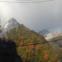 【当館からの景色】麓は紅葉、山頂は雪!12月の特別な景色♪(秋→冬)