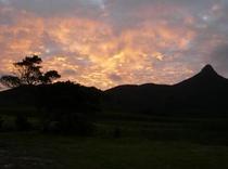 朝日が野底マーペを赤く染めます