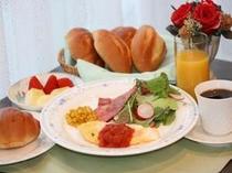 おいしいと評判のふわふわオムレツ朝食、パンはお腹いっぱいになるまでお好きなだけどうぞ。