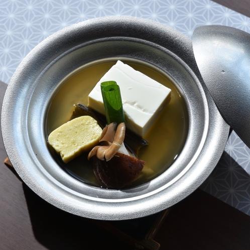 朝食は手作りの豆腐など