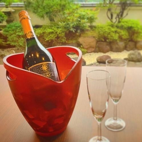 優雅に癒されるスパークリングワインを愉しむ休日のひととき。