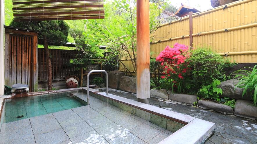 【温泉】鹿教湯の温泉をゆったり楽しめる露天風呂。