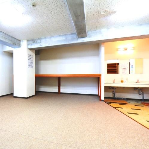 【館内】更衣室。早着、早出の際にご利用ください。