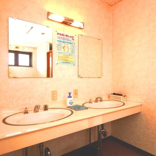 【館内】共同洗面所。気持ちよくご利用いただくため清潔を心がけています。