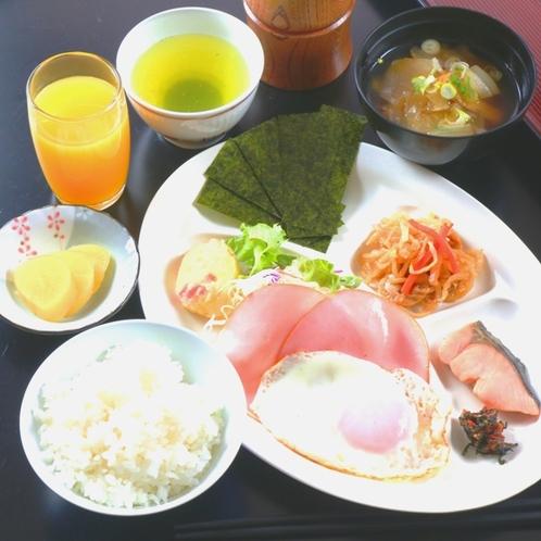 【食事】朝食。自家栽培米と田舎のおいしい野菜たっぷりの和朝食です。