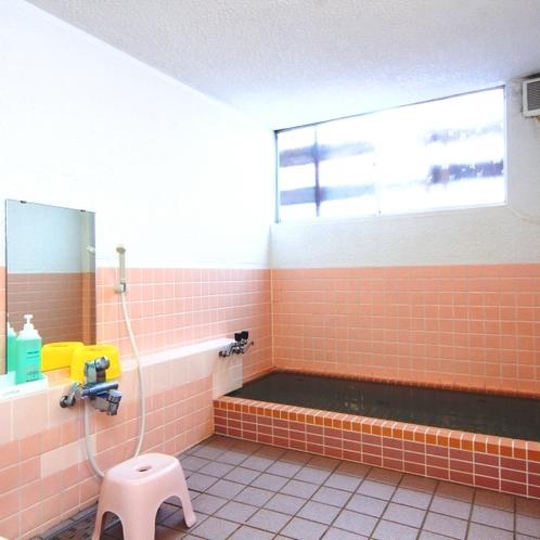 【風呂】内湯。温泉ではありませんが、広い浴槽で脚を伸ばして疲れを癒せます。