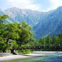 清らかな梓川に架かる河童橋から望む山々の雄姿、大正池や明神池、徳沢など、山と緑と水の風景が織りなす上