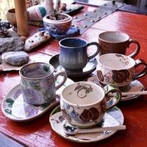 *色とりどりのコーヒーカップ。お気に入りを見つけて、ブレイクタイムを特別な時間に。