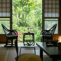 【離れ 青巒荘「椿」】広い庭園を持つ純和風客室。